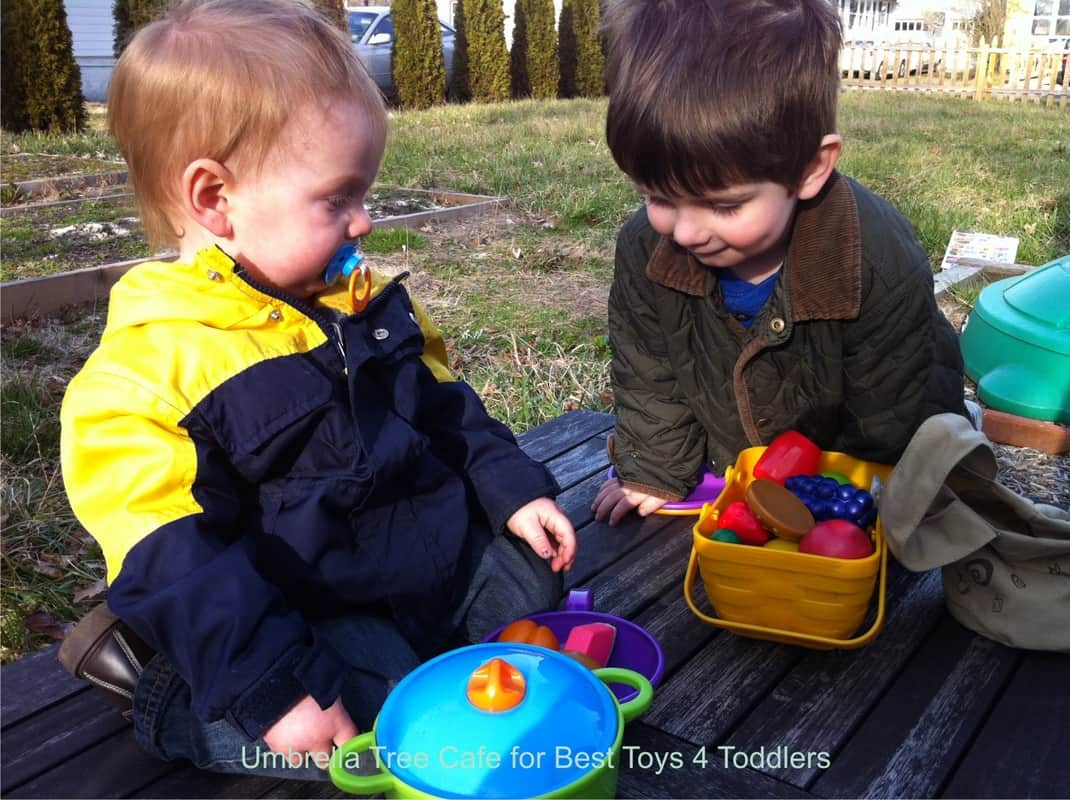 5 Ways to Play With Play Food,- pretend play kitchen and grocery store